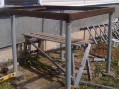 Металлическое крыльцо с деревянными ступенями